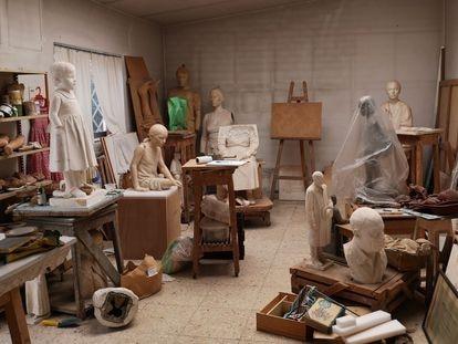 Figuras en escayola, en el estudio de Francisco López, antes de su traslado a Almería.