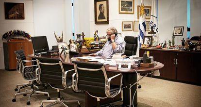 """El mandatario en su despacho presidencial de la Torre Ejecutiva. """"Casi todos estos regalos son chinos"""", explica sobre los objetos orientales que decoran su mesa."""