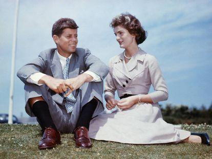 Un matrimonio perfecto, al menos ante la cámara: John Fitzgerald Kennedy y Jacqueline Bouvier (más tarde Kennedy Onassis) posan en 1953, pocos meses antes de su boda.