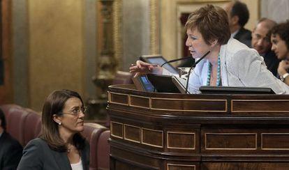 Villalobos habla con Soraya Rodríguez en el Congreso del día 18.