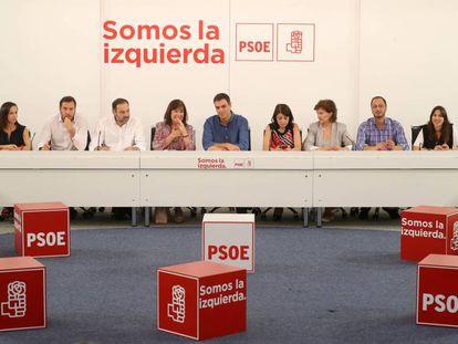 Pedro Sánchez con su entonces nueva Ejecutiva Federal durante el 39 Congreso del partido.