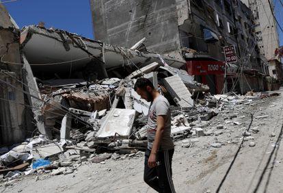 Un hombre camina frente a los restos de un edificio destruido después de ser alcanzado por ataques aéreos israelíes en la ciudad de Gaza, este jueves.