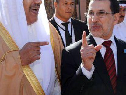 El primer ministro catarí, Hamad bin Jassim al Thani (izq.) y el ministro de Exteriores marroquí, Saad-Eddine El Othmani, acuden a la cumbre.