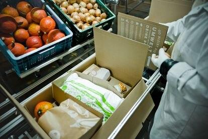 Preparación de una caja de alimentos y recetas de HelloFresh.