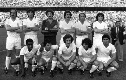 De pie: Stielike, Sabido, García Remón, Benito, Pirri y Camacho. Agachados: Cunningham, Juanito, Del Bosque, Ángel y Santillana.