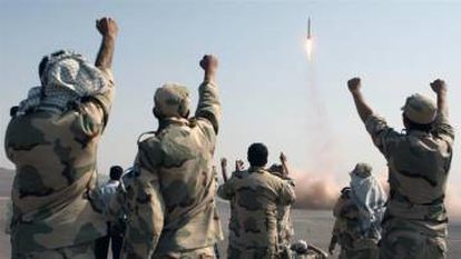 Miembros de la revolución iraní celebran el lanzamiento de misiles, en julio de 2012