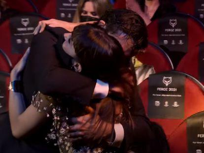 Verónica Echegui y Álex García se abrazan en los premios Feroz 2021.