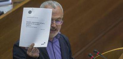 El portavoz de Podemos, Antonio Montiel, durante la defensa de la proposición de ley sobre Canal 9.
