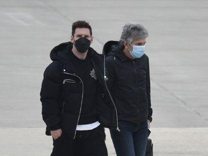 Messi, junto a su padre, el pasado lunes en el aeropuerto de Rosario.