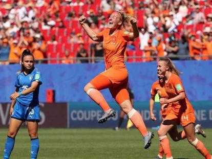 Stefanie van der Gragt celebra el segundo gol de Holanda ante Italia.