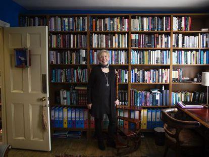 Karen Armstrong, ante una de las muchas bibliotecas que alberga en su casa londinense.