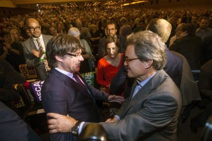 Carles Puigdemont greets former president Artur Mas in a ceremony in 2017.