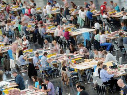 Agentes electorales se preparan para el recuento del voto por correo en las elecciones europeas en Múnich (Alemania).