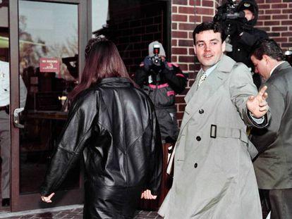 """El exmarine John Wayne Bobbitt a su llegada al juzgado en 1994. El juico que protagonizó junto a su pareja, Lorena Bobbitt, fue seguida al detalle. Fue la primera vez en su historia que el 'New York Times' utilizó la palabra """"pene"""" en su portada."""