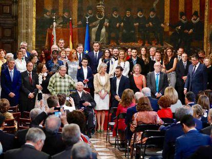 Los presidentes Sánchez y Puig con los galardonados el 9 d'Octubre.