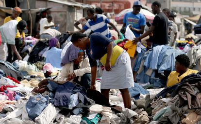 Haitianos compran ropa en un mercado callejero este domingo.