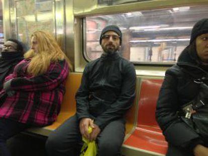 Brin exhibe sus gafas en el metro