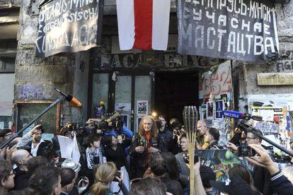 El portavoz del Tacheles, Martin Reiter, atiende a los medios después de que las autoridades decidieran desalojar el edificio.
