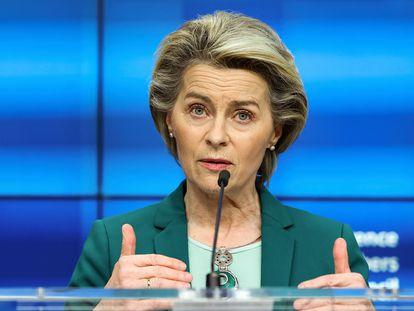 La presidenta de la Comisión Europea, Ursula von der Leyen, durante una rueda de prensa, el pasado 25 de marzo.