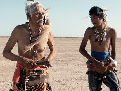 Tres miembros de la Tribu Yaqui realizan la danza del venado, en un fotograma del documental Laberinto Yo´eme.