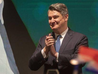Zoran Milanovic saluda a sus seguidores, este domingo en Zagreb tras conocerse los resultados electorales.