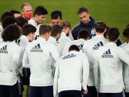 Luis Enrique da indicaciones a los jugadores de la selección española durante el último entrenamiento previo al Suiza-España que se disputará este sábado en Basilea.