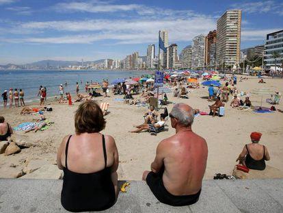 Turistas en una playa de Benidorm (Alicante).