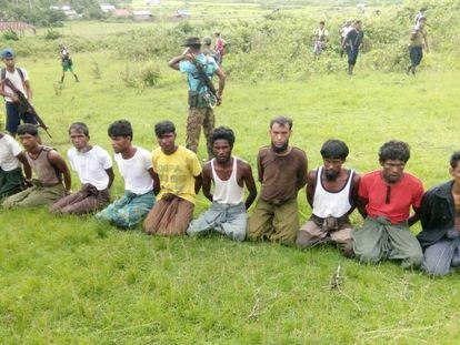 Los diez aldeanos asesinados en la única matanza que ha admitido el Ejército birmano. Los periodistas de Reuters que la investigaban están en prisión.