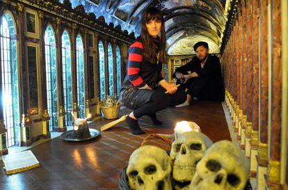 Juliana Laffitte y Manuel Mendanha, en su réplica del Salón de los Espejos de Versalles.