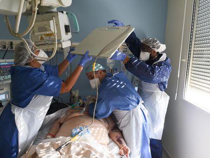 Un hombre con coronavirus y sobrepeso es atendido en un hospital de Stains (Francia) el pasado 9 de abril.