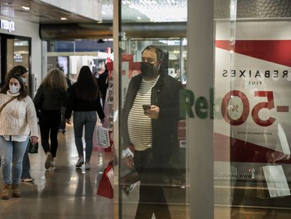 Las tiendas del centro comercial L'Illa Diagonal han empezado este martes las rebajas en el último día de abertura antes del cierre.