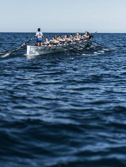 Las integrantes de la trainera femenina del club Arraun Lagunak Donostia practican en la bahía de la capital guipuzcoana (con 187.000 habitantes).