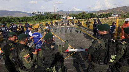Policías de Colombia y Venezuela en la frontera.