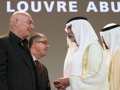 Desde la izquierda, el arquitecto francés Jean Nouvel, que ha diseñado el edificio; el director del Louvre, Jean-Luc Martinez; el ministro de Cultura de Emiratos Árabes, Sheikh Nahyan Mubarak al-Nahyan; y el de Turismo, Mohamed Khalifa Al-Mubarak, este miércoles durante el anuncio de la apertura del museo el 11 de noviembre.