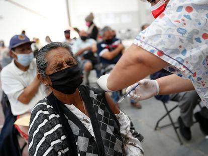 Una mujer recibe la vacuna Sinovac en Ecatepec, México, el 3 de abril.