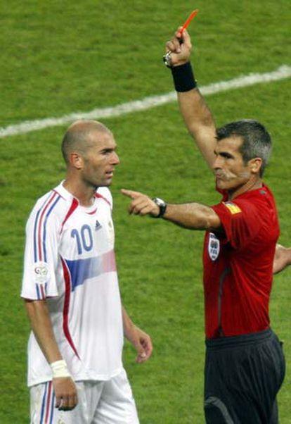 El árbitro Horacio Elizondo muestra la tarjeta roja a Zidane.