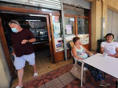 Un grupo de vecinos en un bar del barrio de Campoamor de Sabadell, donde hay varios casos de covid-19
