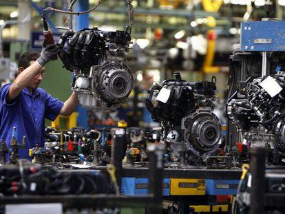 Un operario trabaja en las instalaciones de Ford en la planta de Almusafes (Valencia).
