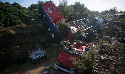 Varios vehículos se amontonan en el torrente de Sant Llorenc un día después de la riada.
