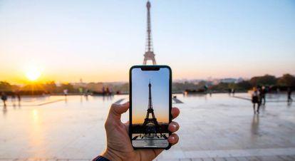 Un turista toma una foto de la Torre Eiffel.