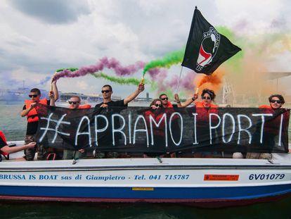 Unos manifestantes protestan contra la prohibición del Gobierno italiano de acoger a los migrantes del 'Aquarius'.