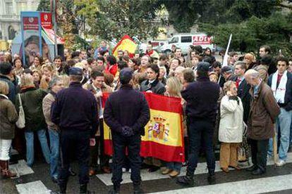 Un grupo de personas muestra su apoyo a Aznar frente al Congreso.