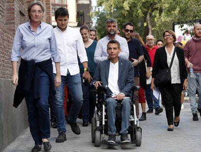 Varios concejales de Más Madrid llegan a la asamblea, este domingo.