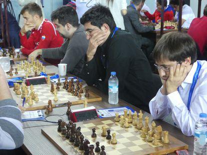 El equipo ruso, este jueves, durante el encuentro que perdió ante Polonia: Javokenko (en primer plano), Krámnik, Nepómniachi y Kariakin.