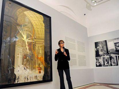 Montse Aguer, directora de los Museos Dalí, ante 'Explosión de fe mística'.