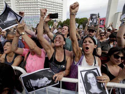 Una multitud celebra a las puertas de los tribunales de Buenos Aires las condenas por la megacausa ESMA.