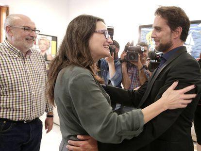 El consejero Alcaraz y la vicepresidenta Oltra saludan a Falciani.