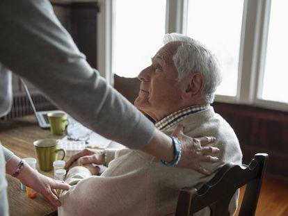 Una mujer atiende a una persona en una residencia de ancianos.
