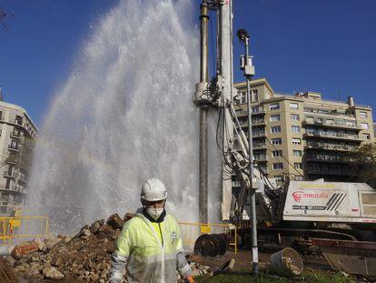 Un operario ante la espectacular fuga de agua, este martes en Barcelona.