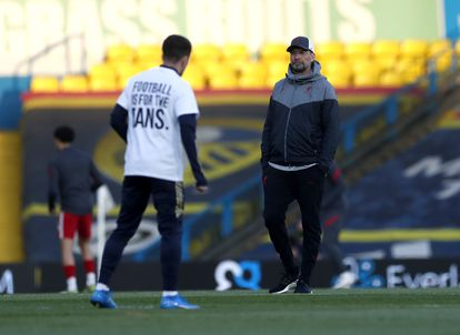Klopp observa calentar a un jugador del Leeds con una camiseta en contra de la Superliga.